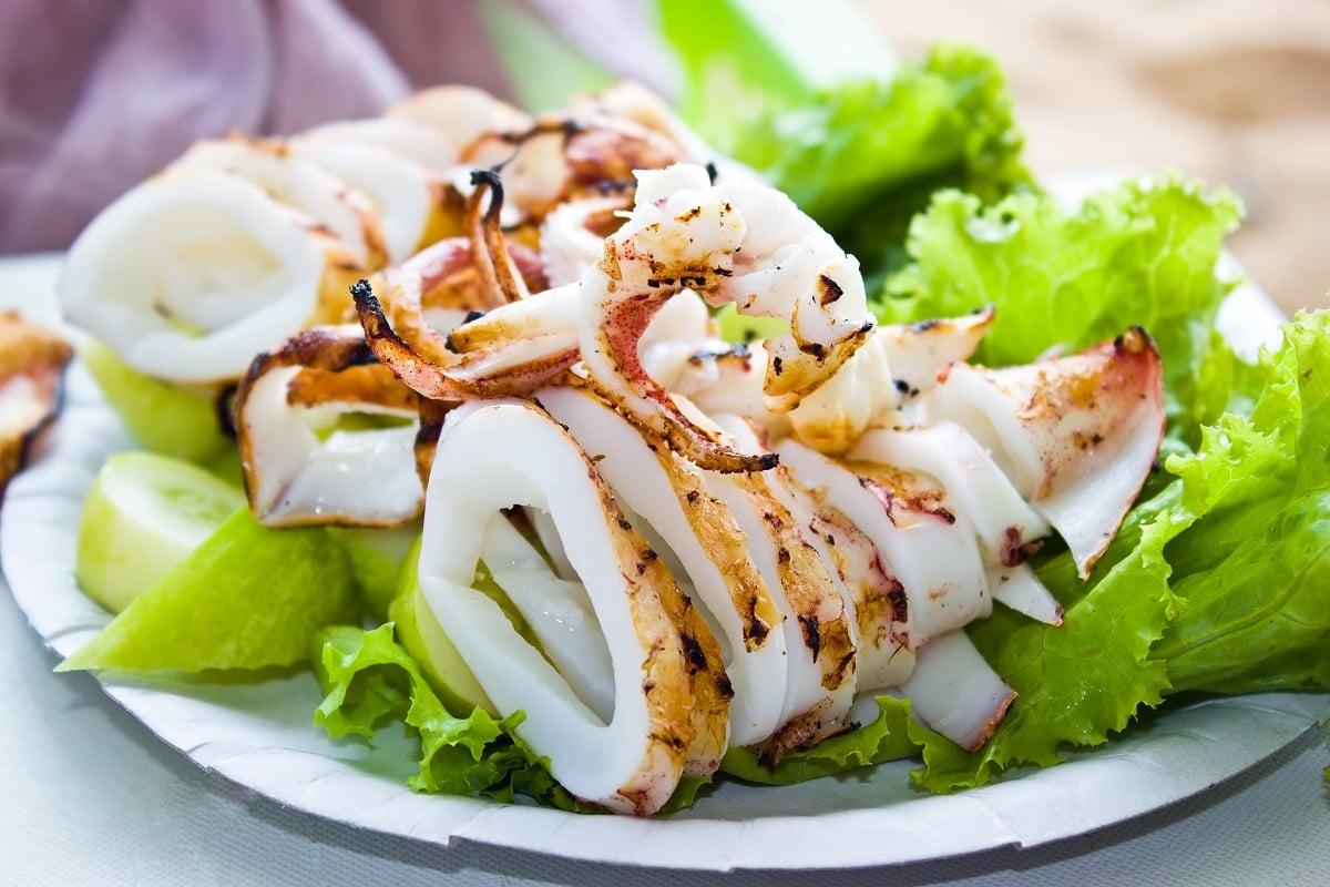 Tintenfischringe gegrillt mit Salat