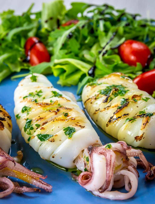 Tintenfisch Rezept gegrillt mit Salat servieren