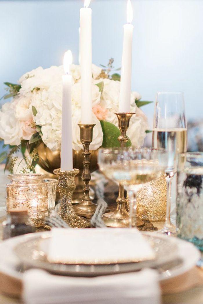 Tischdeko Blumenstrauß weiße Rosen goldene Kerzenhalter