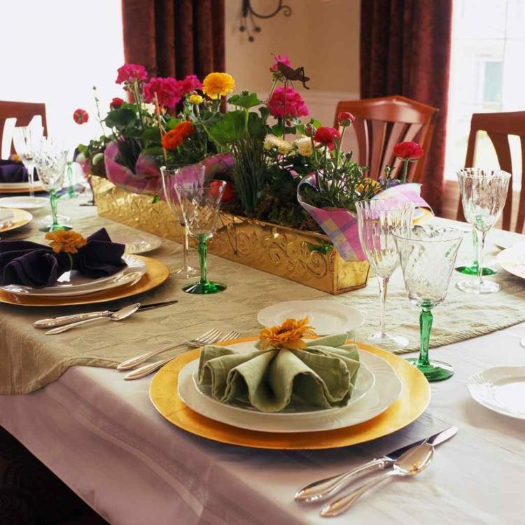 goldene Hochzeit Tischdeko Blumen prachtvoll