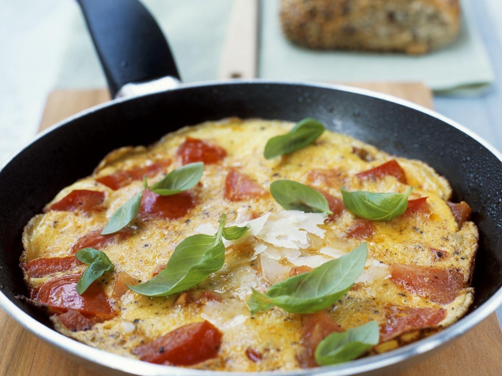 Omelett mit Tomaten Zwiebeln und Basilikum
