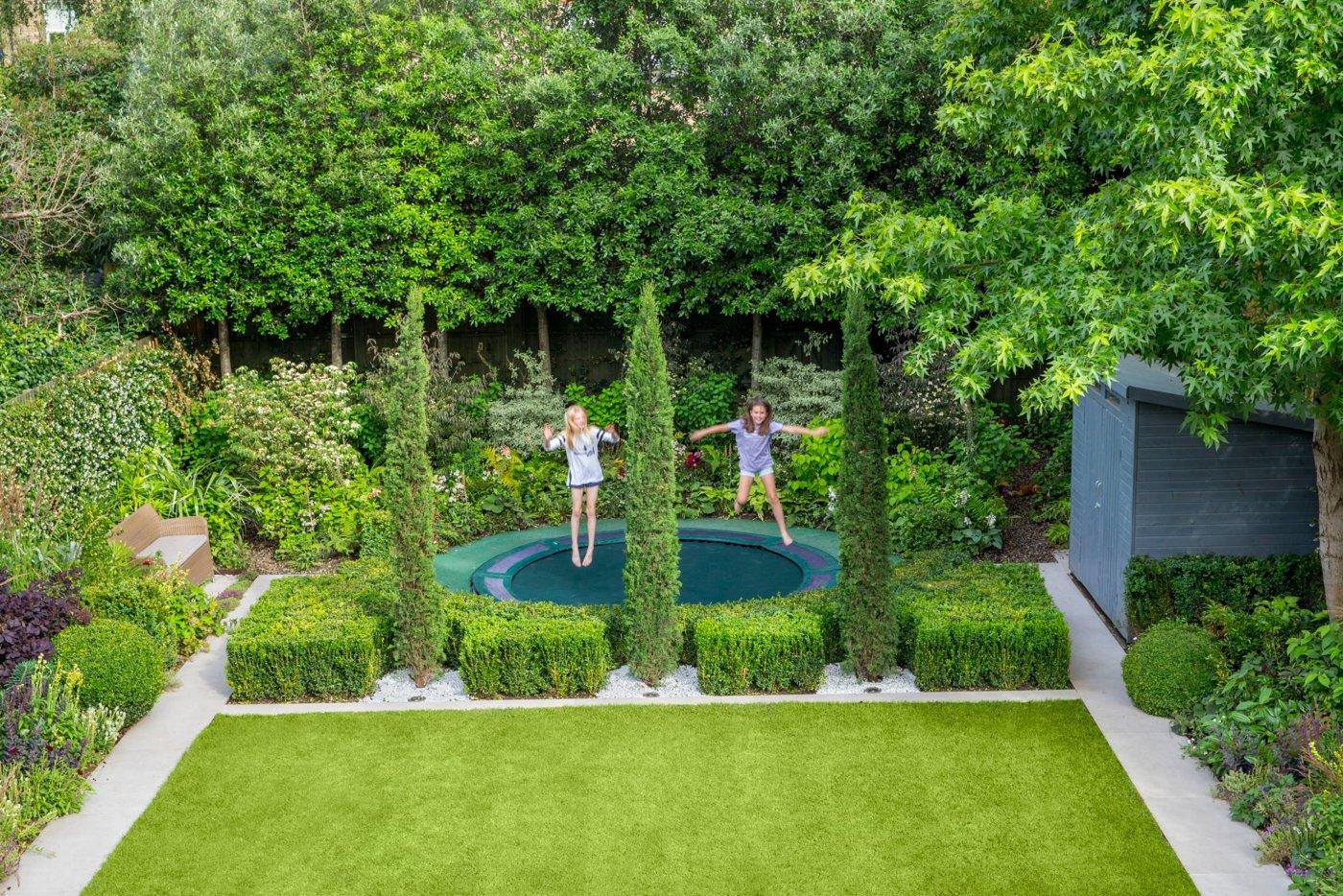 Trampolin Spielplatz Kinder Rasenfläche abtrennen