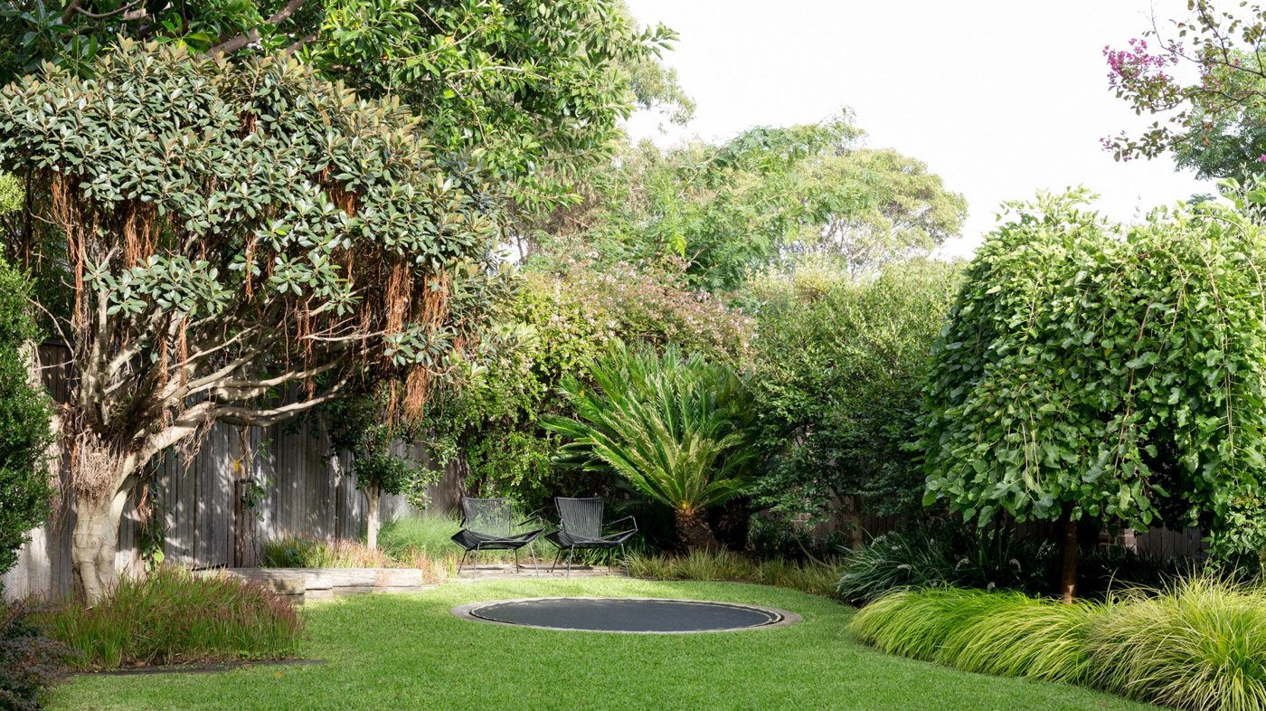 rundes Bodentrampolin fast umbemerkbar Garten