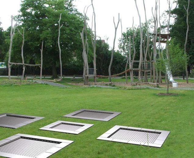 mehrere Trampoline eingebaut Boden Spieplatz