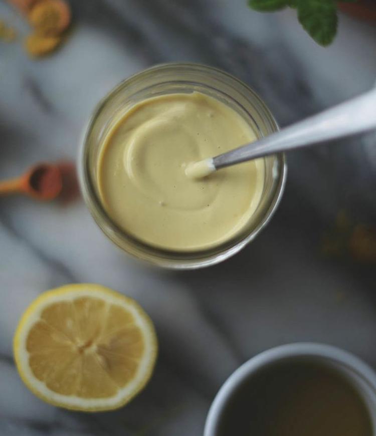 vegane Mayo mit Senf und Zitronensaft