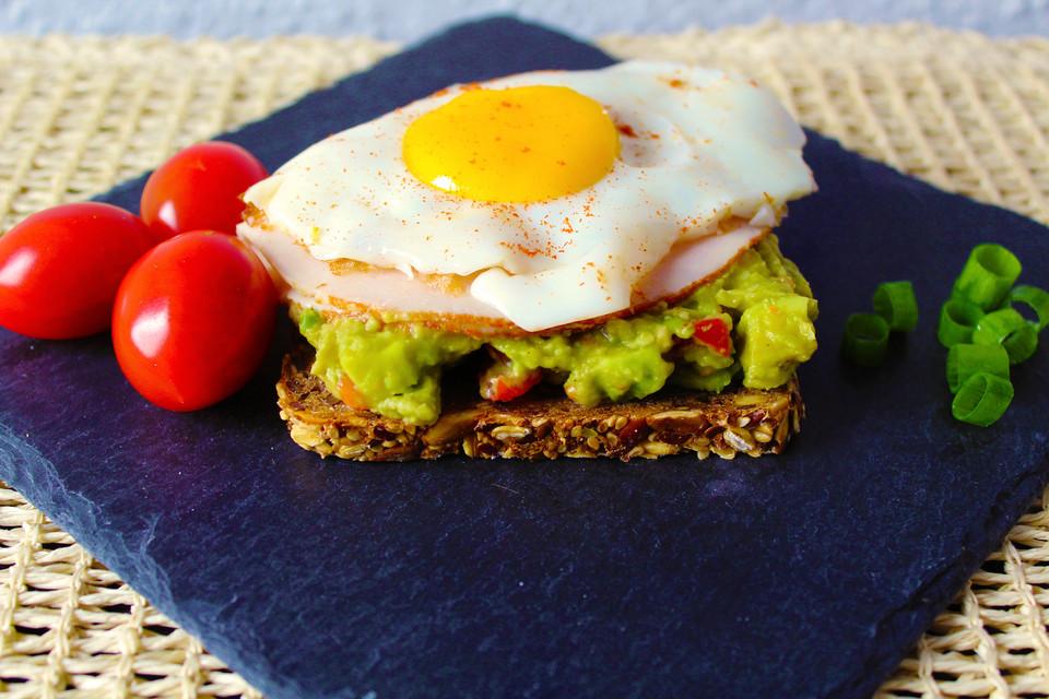 gesundes Frühstück Vollkornbrot Avocado Ei