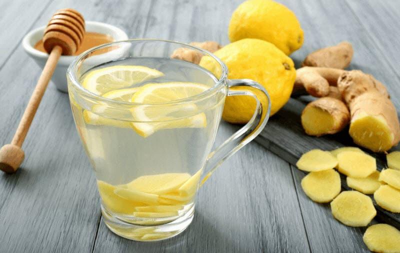Zitronenwasser mit Ingwer und Honig