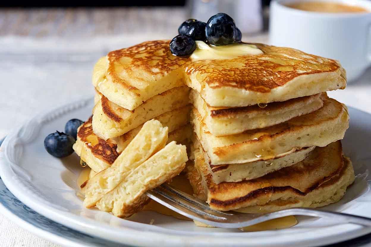 low carb Pancakes mit Blaubeeren und Butter