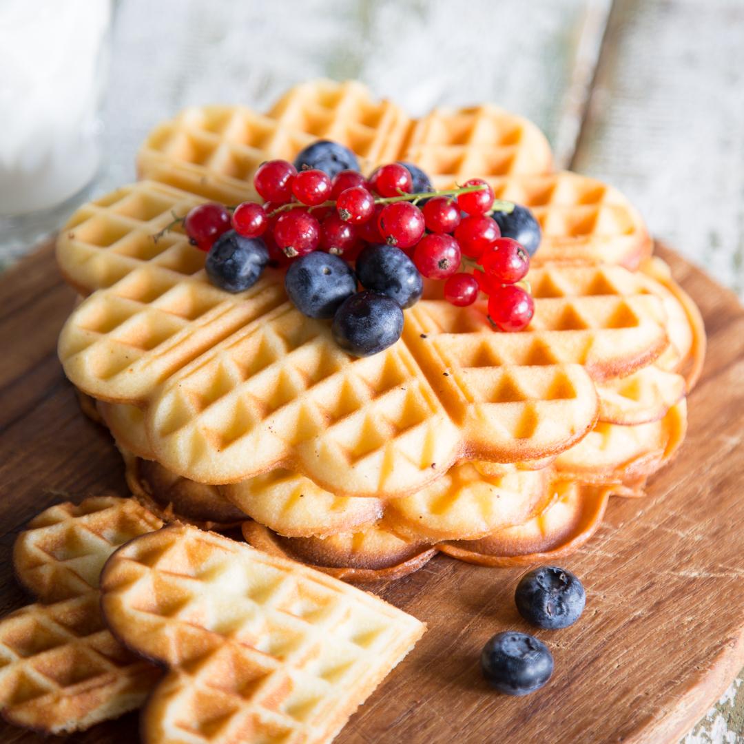 gesundes Frühstück vegane Waffeln mit Früchten