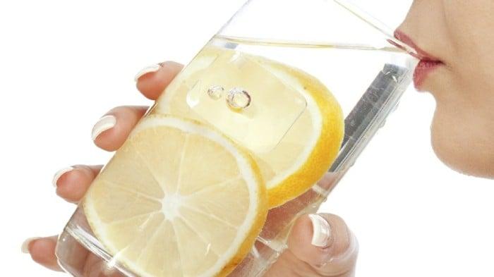 Zitronenwasser trinken Detox
