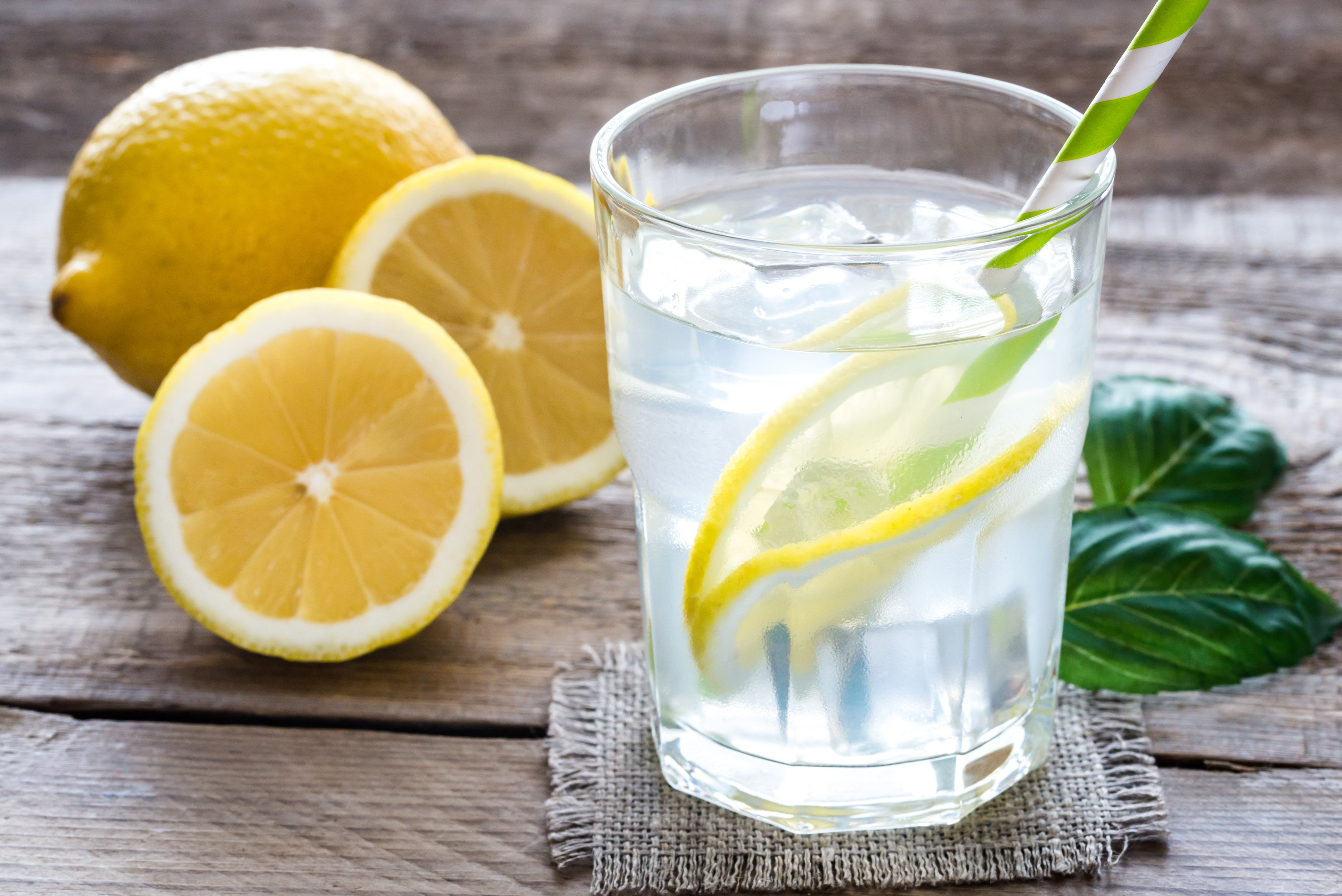 Zitronenwasser zubereiten Rezept