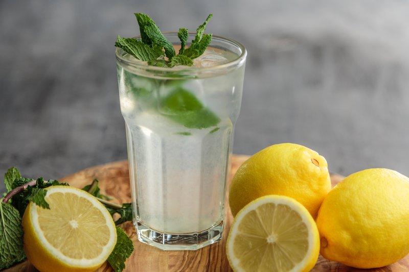 Zitronenwasser mit frischer Minze