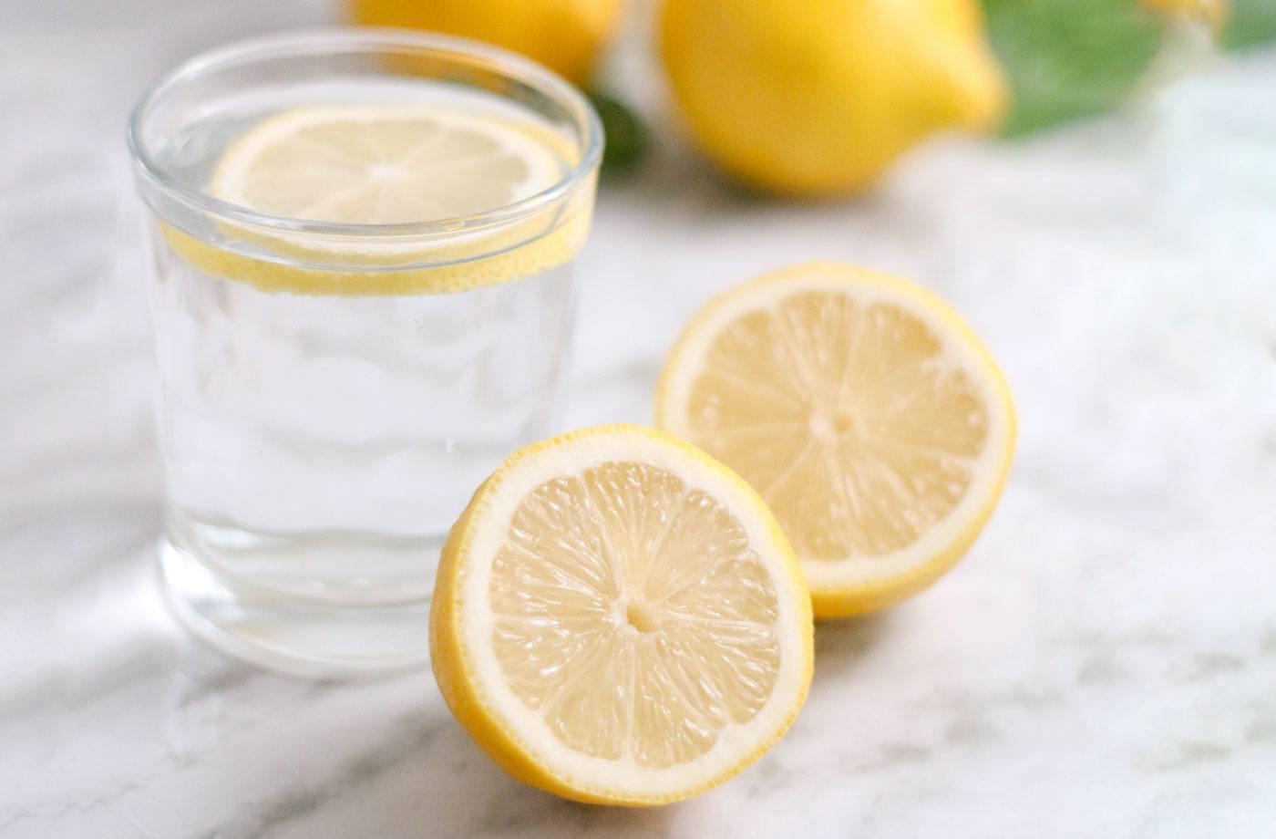 Abnehmen am Bauch Zitronenwasser trinken