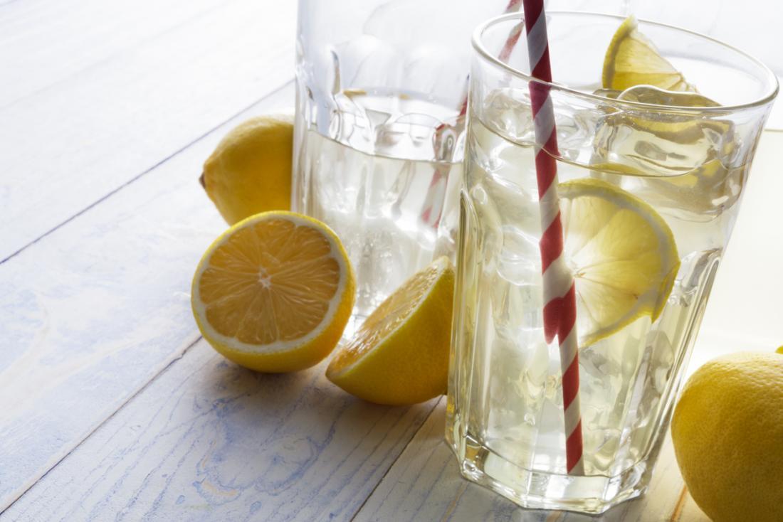 erfrischende Getränke Sommer Zitronenwasser