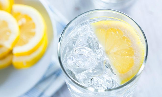 Zitronenwasser mit Eis lecker erfrischend