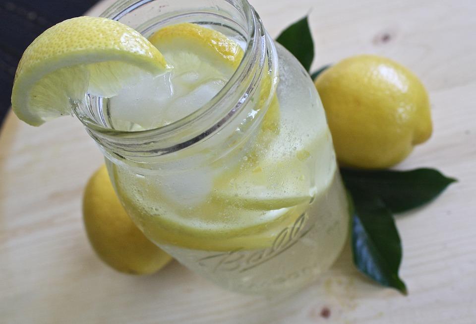Zitronenwasser in Glas zubereiten