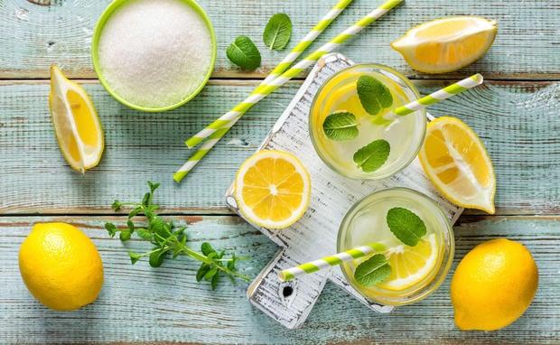 Wasser mit frischer Zitrone morgens trinken