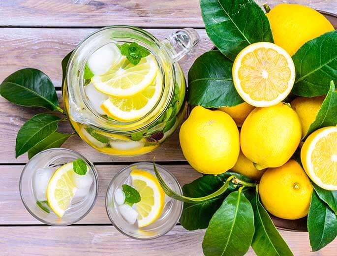 Wasser mit Zitrone gegen Dehydration