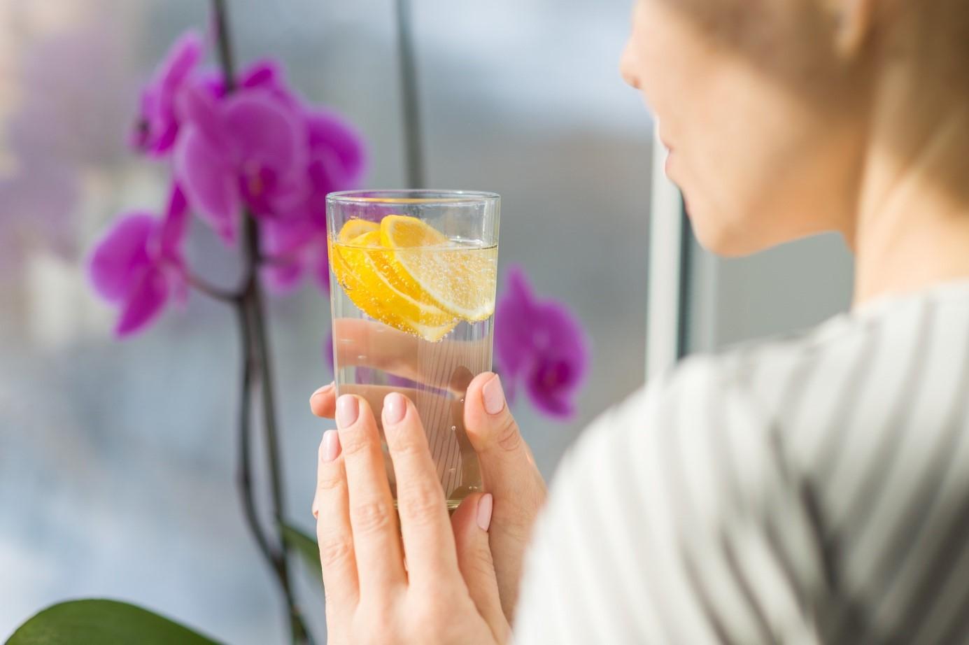 Wasser mit Zitrone jeden Morgen trinken