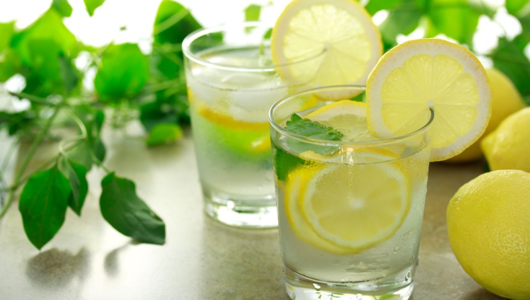 Wasser mit Zitrone die Fettverbrennung stimulieren