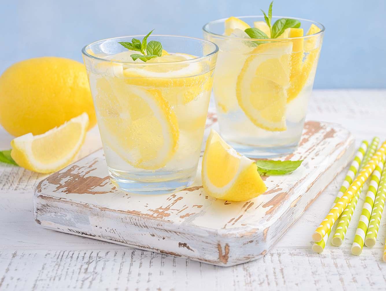 Wasser mit Zitrone dieVerdauung anfördern