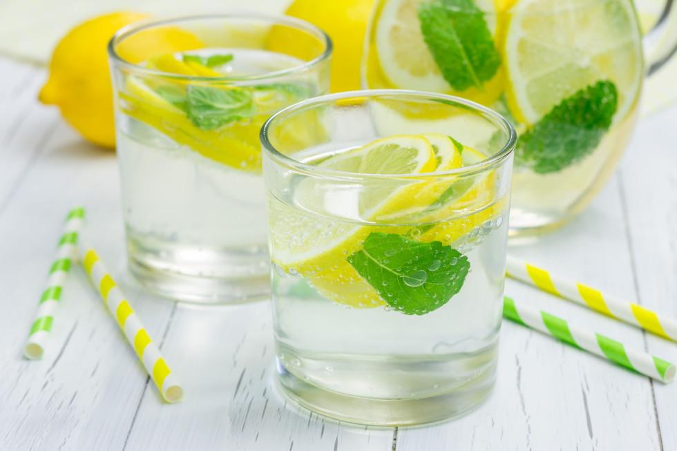 Zitronenwasser mit Eis und Minze
