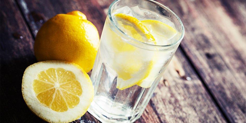 Wasser mit Zitrone gegen Dehydration trinken