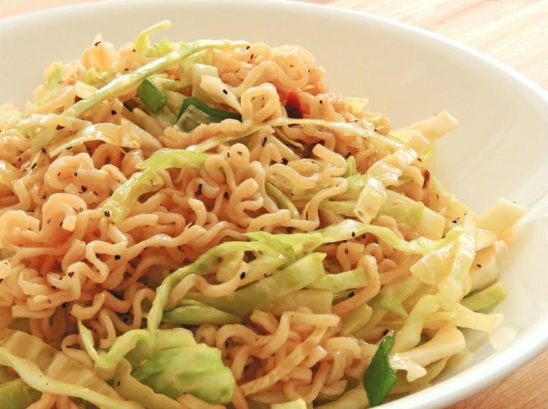 Yum Yum Salat mit Instant Nudeln