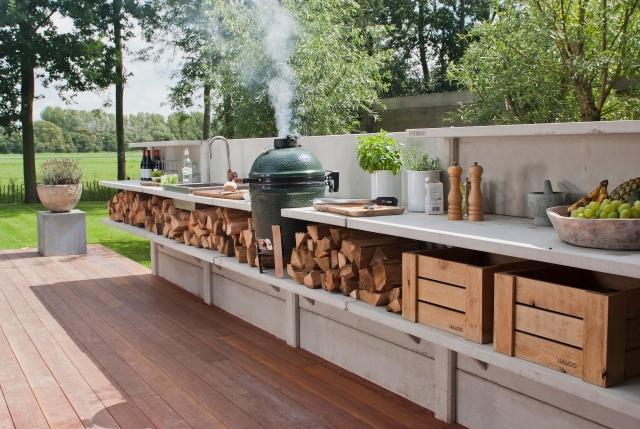 Außenküche mit Grill Stauraum für Hölzer