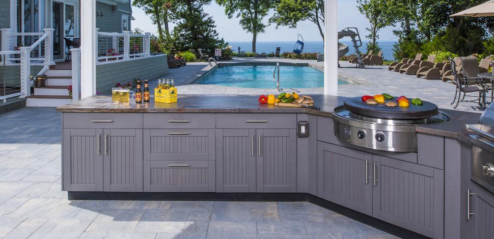 Außenküche neben dem Pool Arbeitsplatten Quartz