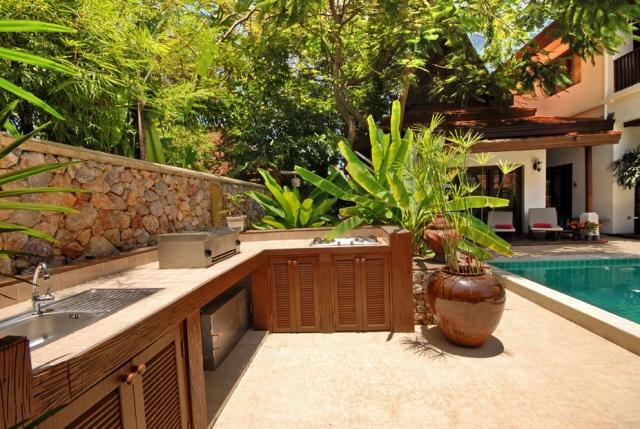 kleine Außenküche Holzschränke