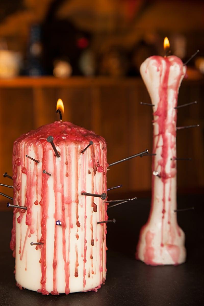 blutige Kerzen mit Nägeln dekorieren