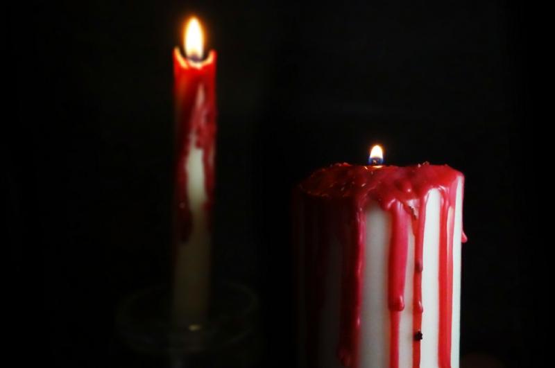 Blutige Kerzen arrangieren Halloween Deko