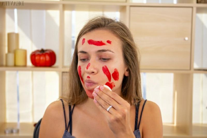 rote Gesichtsfarbe auf das ganze Gesicht auftragen