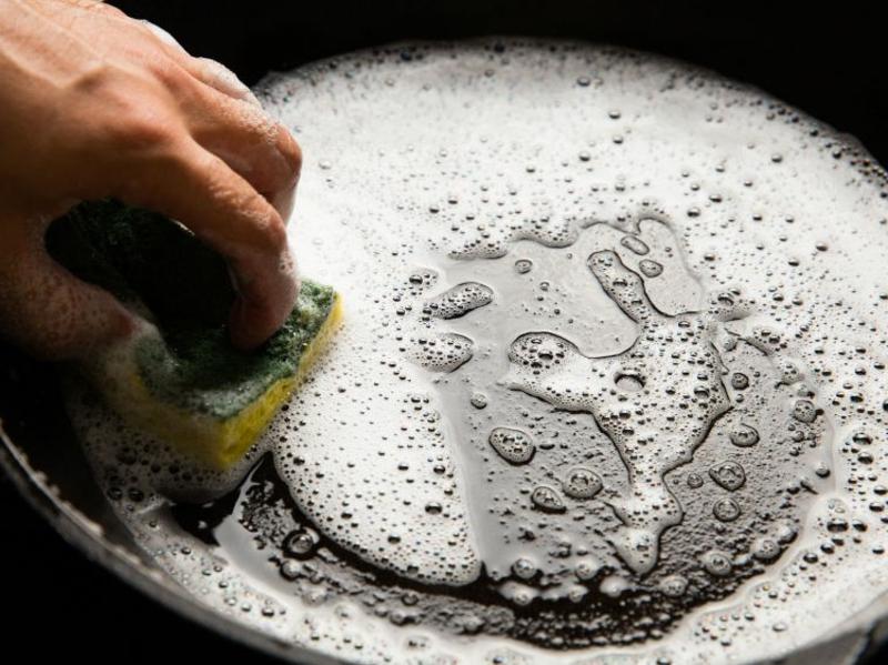 Pfanne aus Gusseisen putzen Spülmittel