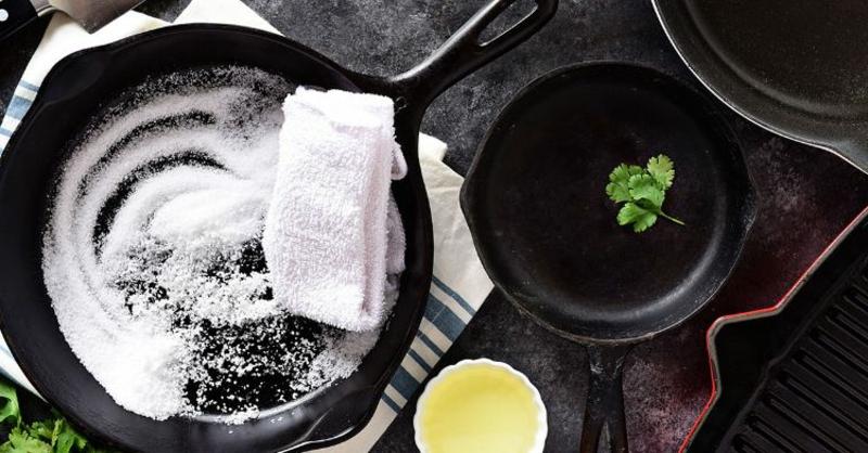 Pfanne aus Gusseisen mit Salz reinigen