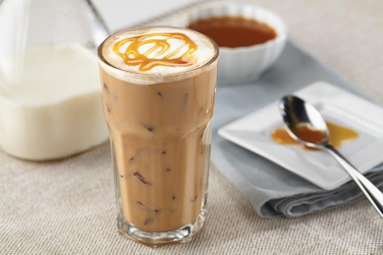 Eiskaffee machen mit Milch und Karamellsirup lecker