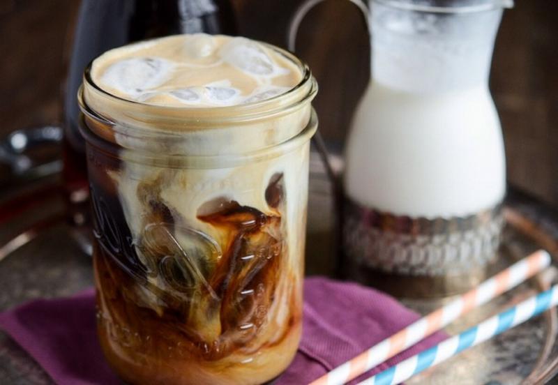 Eiskaffee zubereiten mit Milch milder Geschmack