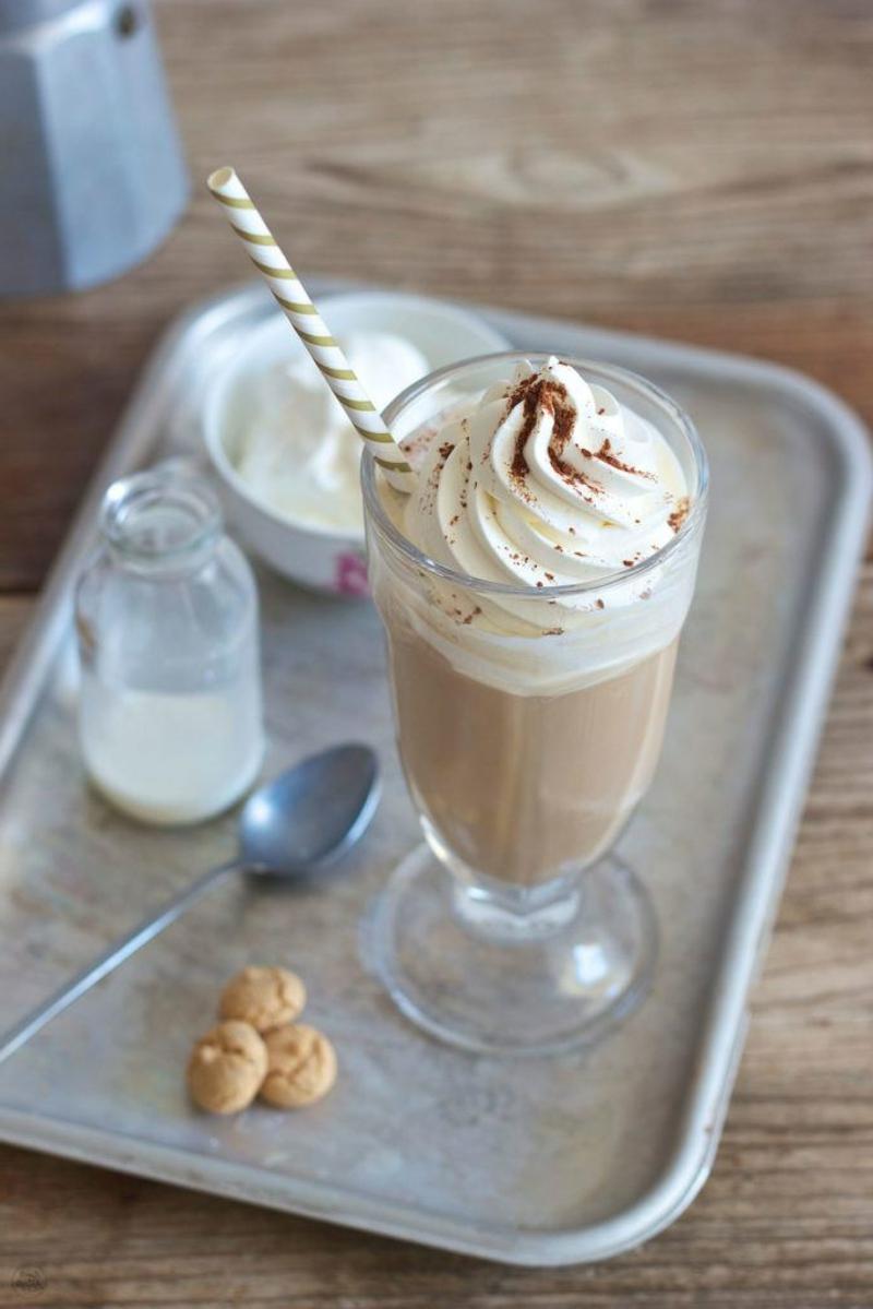 Eiskaffee mit Amaretto Sahne Kakaopulver