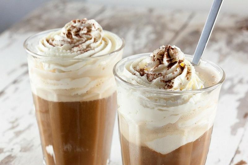 Eiskaffee Rezept mit Sahne und Kakaopulver garnieren