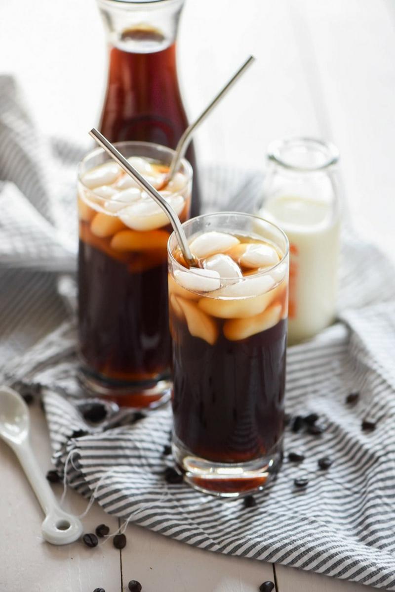 starker Kaffee zubereiten mit Eiswürfeln