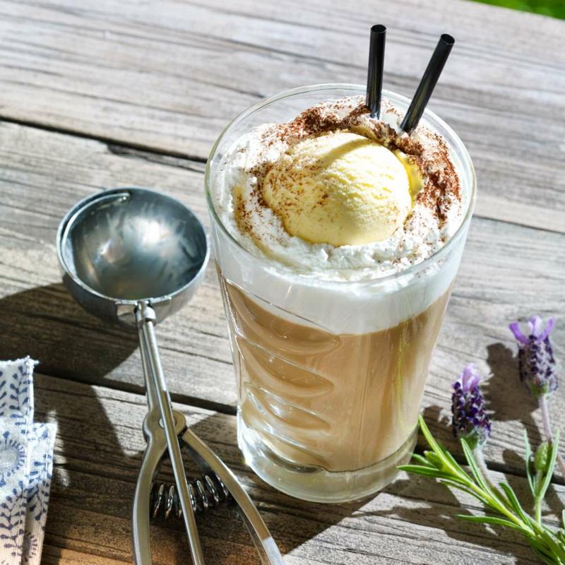Kaffee kalt mit einer Kugel Vanilleeis