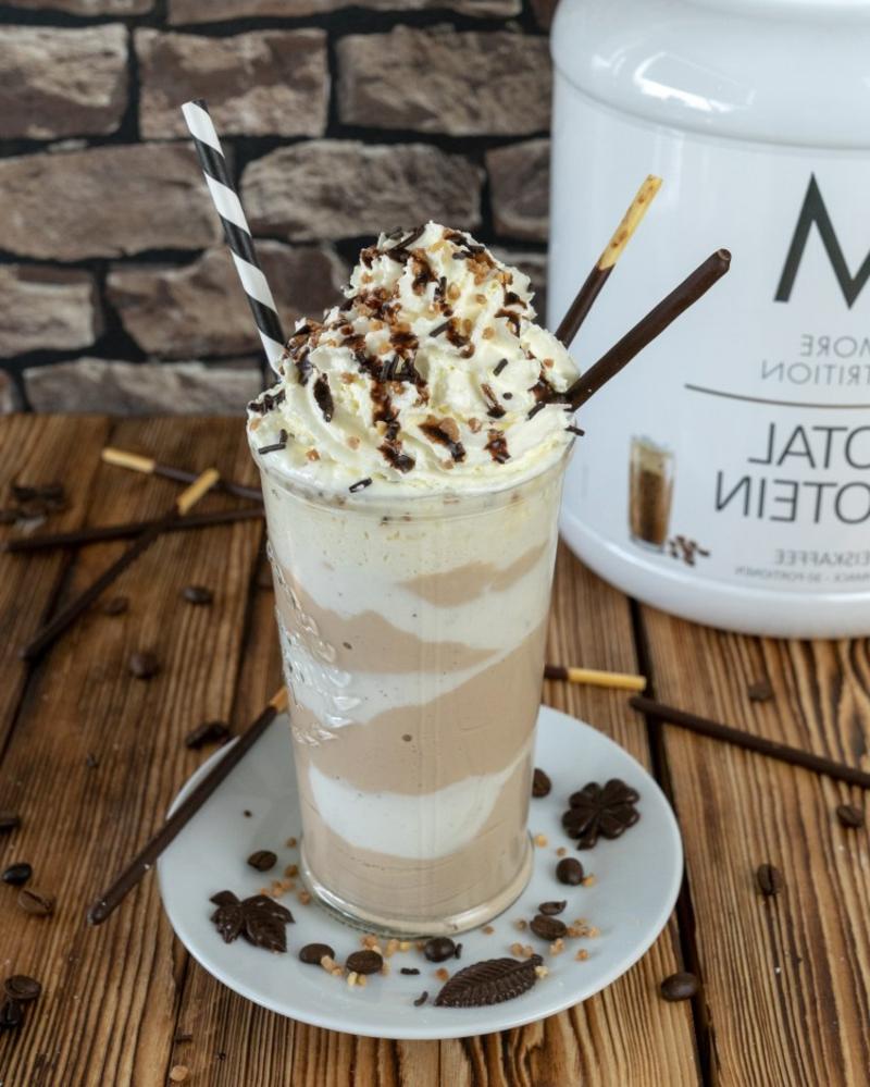 Sommergertänke Kaffee kalt mit Eis, Sahne und Kakaopulver