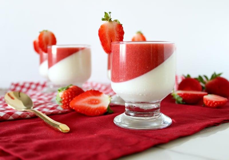 Erdbeer Panna cotta Rezept mit Fruchtpüree