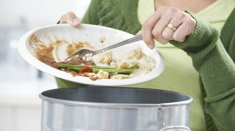 Essenreste wegwerfen Küchenmüll