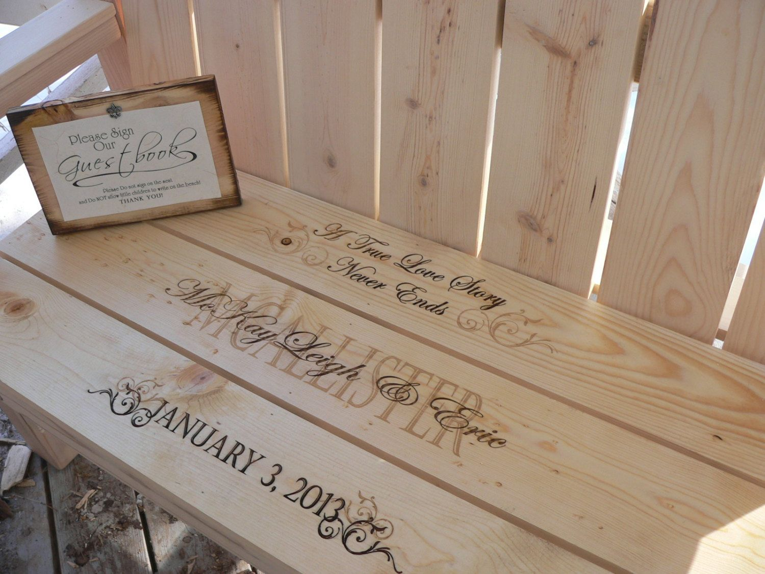 Gästebuch Hochzeit ungewöhnlich auf Holzbank schreiben