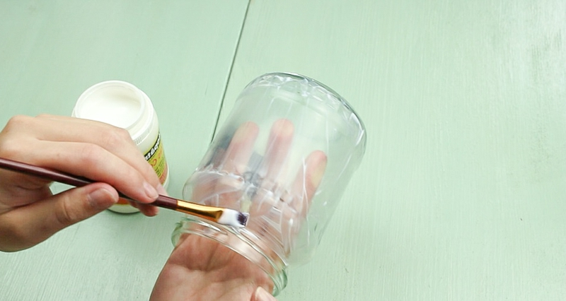 Windlicht basteln Glas mit Serviettenkleber bestreichen