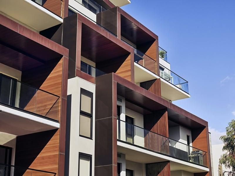 Balkonverkleidung Glas moderne Architektur