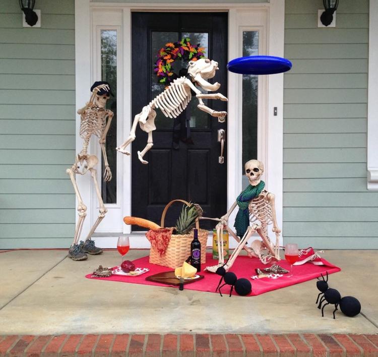 Hauseingang dekorieren Skeletten schaurig