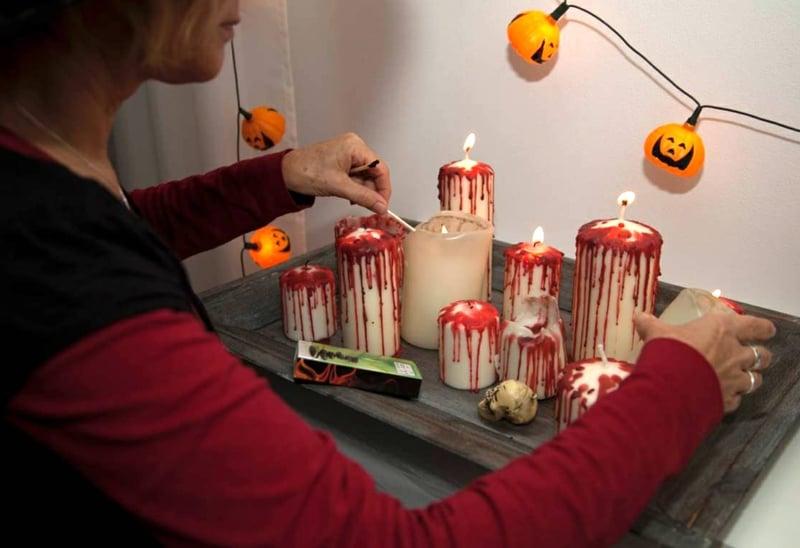 Halloween Deko blutige Kerzen arrangieren